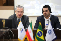 Brazilian Ambassador to Tehran Rodrigo de Azeredo Santos (L) and Chairman of Iran-Brazil Joint Chamber of Commerce Kaveh Zargaran in a meeting at the place of ICCIMA in Tehran