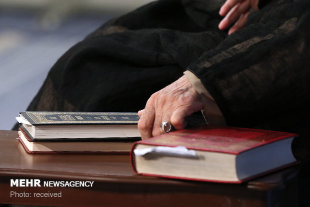 Leader holds dars-e kharej fiqh