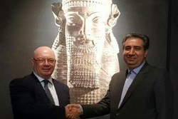 Alistair Burt (L) shakes hands with Jebrael Nokandeh at the National Museum of Iran on September 1, 2018.