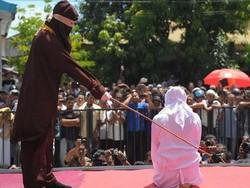ملائیشیا میں دو ہم جنس پرست  خواتین کو سر عام کوڑے مارے گئے