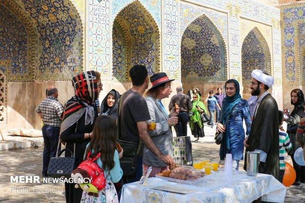 پذیرایی از توریست ها به مناسبت عید غدیر