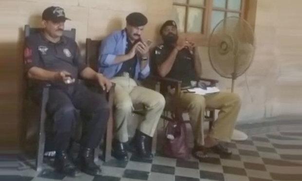 کراچی میں غلط وردی پہننے پر ایس ایچ او کمرہ عدالت سے گرفتار