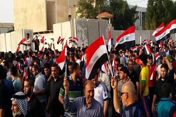محتجو البصرة يتظاهرون قرب مبنى المحافظة