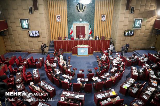 خبراء القيادة يدعو الحكومة الإيرانية لاستثمار جميع الطاقات لتحسين الوضع الاقتصادي