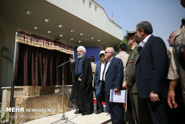 Pres. Rouhani opens giant petrochemical projects in Asaluyeh