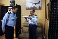 استقبال گرم یک فرمانده نیرویهوایی از جایگزین خود