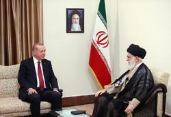 قائد الثورة يدعو إلى تعزيز التقارب بين الدول الإسلامية