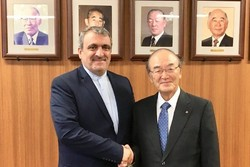 Iranian Ambassador to Japan Morteza Rahmani-Movahed (L) shaking hand with Japan Chamber of Commerce and Industry (JCCI) Chairman Akio Mimura