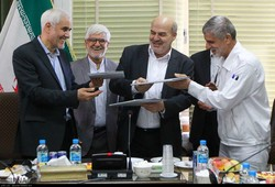 Iranian Defense Ministry's Marine Industries Organization head Rear Admiral Amir Rastegari, chief of DOE Isa Kalantari and the Isfahan governor Mohsen Mehr-Alizadeh sign an agreement in Isfahan to sup