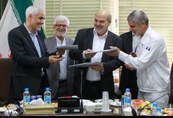 Iranian Defense Ministry's Marine Industries Organization head Rear Admiral Amir Rastegari, chief of DOE Isa Kalantari and the Isfahan governor Mohsen Mehr-Alizadeh sign an agreement in Isfahan to sup