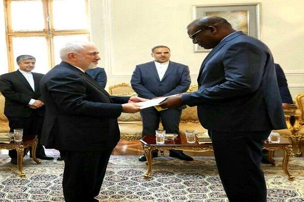 السفير السنغالي يسلم نسخة من اوراق اعتماده لظريف