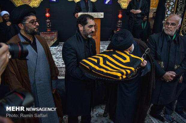 آیین تعویض پرچم گنبد منور حضرت امام رضا(ع)