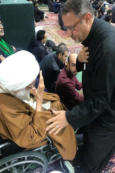 صور مشاركة آية الله عيسى قاسم في مراسم عزاء للإمام الحسين بعد إجراء العملية