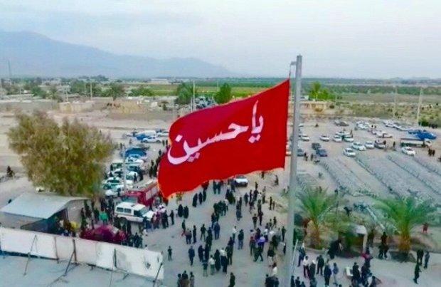فلم/ ایران کے صوبہ فارس کے گاؤں فورگ میں حسینی پرچم نصب کردیا گيا
