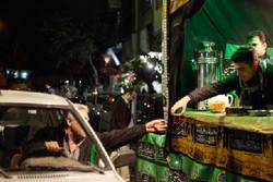 برپایی ایستگاه صلواتی پذیرایی از زائران در آزاد راه همدان - ساوه