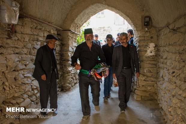 طقوس محرم في أحد القرى بإيران ومراسم رفع الراية