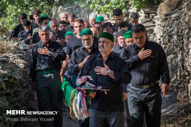 طقوس محرم في أحد القرى بإيران ومراسم رفع الراية / صور