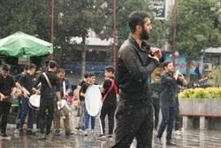 عزاداری تاسوعای حسینی مردمان گیل در زیر بارش باران