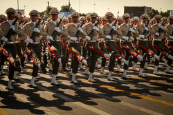 استعراض عسكري للقوات المسلحة الايرانية في طهران /صور