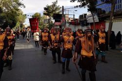 آیین ملی حرکت نمادین کاروان اسرای کربلا در ورامین برگزار شد