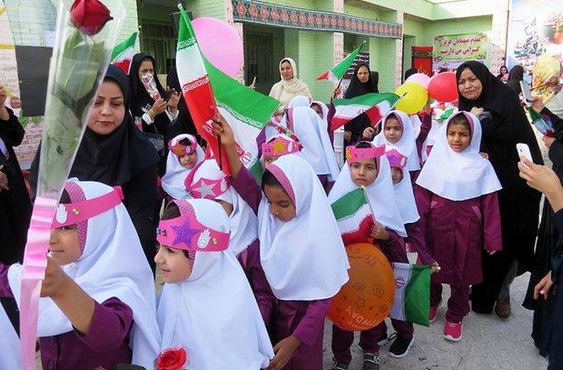 ۱۲۰۰ دانش آموز کلاس اولی در شهرستان دیر سر کلاس درس حاضر شدند