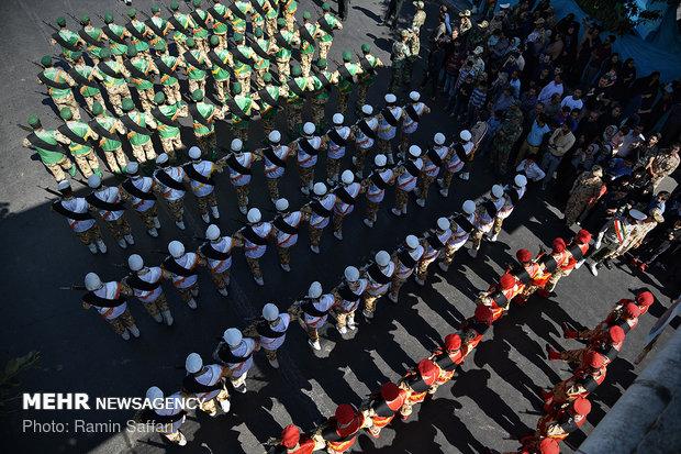 استعراض عسكري في آبادان في ذكرى كسر الحصار