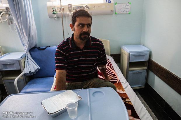 عیادت استاندار خوزستان و سردار خادم شهدا از مصدومین حمله تروریستی امروز اهواز