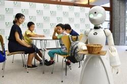 کافه ای با گارسون های رباتیک برای معلولان اشتغالزایی می کند