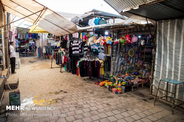 با بالا رفتن قیمت دلار و پایین آمدن قدرت خرید مردم بازارچه های مرزی شهر قصر شیرین از رونق افتاده است و عده زیادی که در این بازارچه های مرزی به طرق مختلف فعال بودند بیکار شده اند