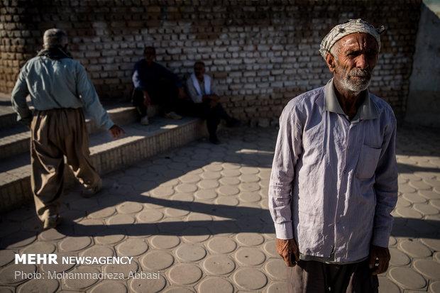 بسیاری از کارگرانی که به کارگران فصلی مشهورند در شهر قصر شیرین از کارگران شاغل در دو مرز نوروز خان و خسروی بوده اند و یا کشاورز بوده اند که با بسته شدن این دومرز بیکار شده اند و بدلیل خشکسالی نمیتوانند کشاورزی کنند