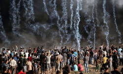 طيران العدو الصهيوني يستهدف متظاهرين قرب حدود غزة