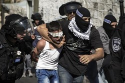 Israeli police detain a Palestinian child in Bait-ul-Muqaddas following clashes in the holy city in late October 2014. (Reuters)