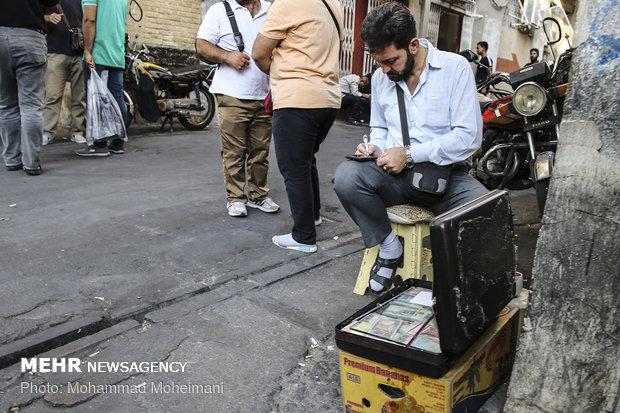 إقبال على بيع الدولار في سوق الصيرفة بطهران