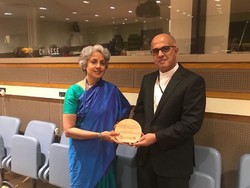 Deputy Director General of Programmes at the World Health Organization (WHO), Somia Swaminatan, granting the award to the representative of the Non-Communicable Diseases Committee
