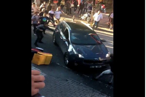 برخورد عمدی خودرو با عابران در استانبول/ چند نفر زخمی شدند