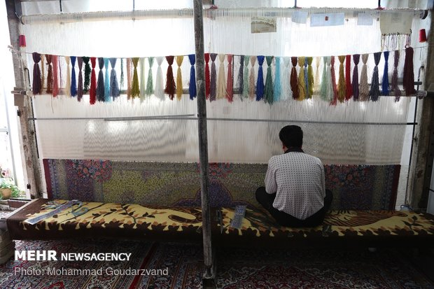 Making carpets in Qom: from dyeing to market