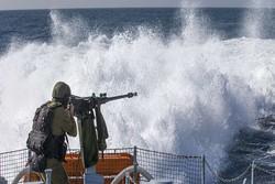 الاحتلال الصهيوني يعتقل صيادين ويصادر مركبهم من بحر غزة