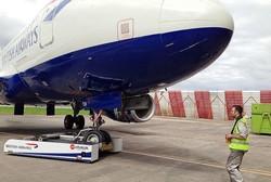 رباتی که هواپیمای ۱۳۰ تنی را حرکت می دهد