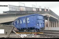 فلم/ روس میں پل ایک ٹرین پرگرگیا