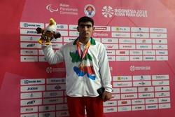 عارف بهاروند مدال طلای پرتاب وزنه را برگردن آویخت