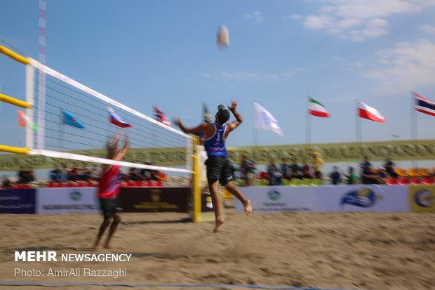 Hazar Denizi kıyısında plaj voleybolu