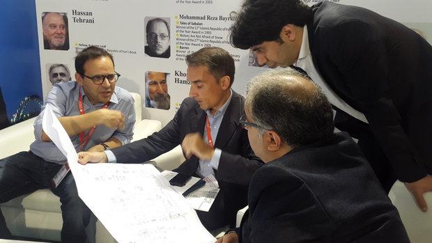 رئیس نمایشگاه کتاب پاریس از غرفه ایران بازدید کرد