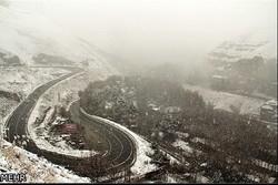 بارش شدید برف در کوهرنگ/ کند شدن تردد در محورهای کوهستانی