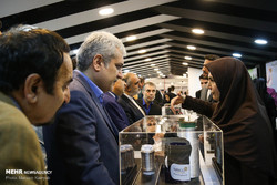 A participant woman introduces her nano product to the vice president for science and technology Sourena Sattari during Iran Nano 2018 on Saturday (Mehr/Maryam Kamyab)