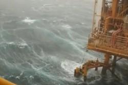 طوفان در سکوی سروش خلیج فارس