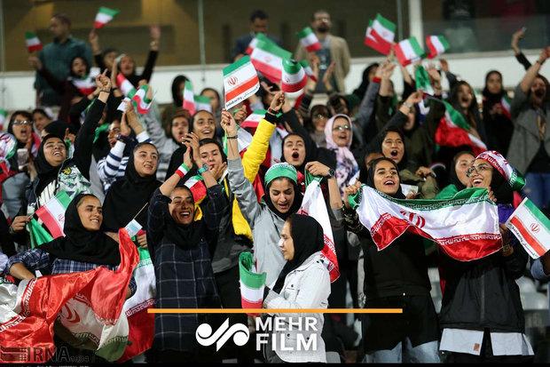 حضور سيدات ايران في ملعب ازادي لتشجيع المنتخب الوطني/فيديو