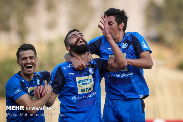 دیدار تیم های فوتبال استقلال تهران و سایپا تهران
