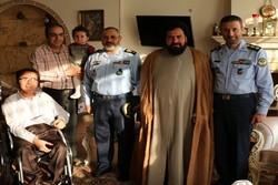 العميد نصير زاده  يزور أحد المضحين الجرحى من فترة الثورة الاسلامية