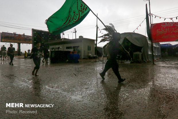 المسير الأربعيني تحت المطر على طريق الحسين (ع)