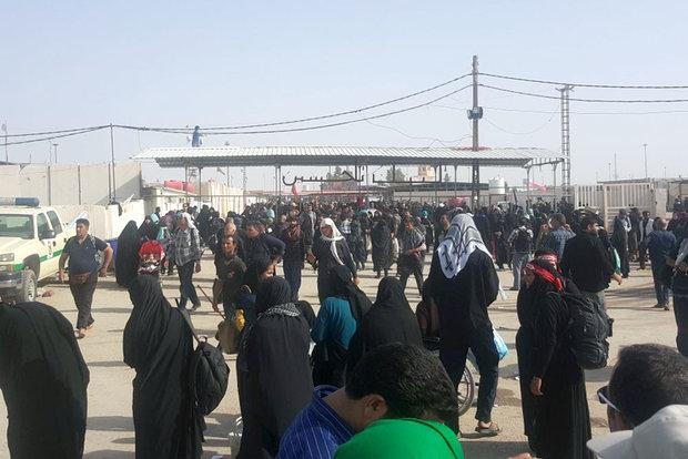 سرگردانی برخی زائران در مهران به دلیل نبود اتوبوس/ شب سخت زوار
